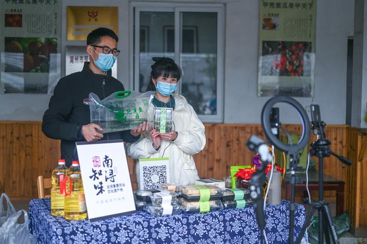 Volunteers from Huzhou City do webcasts to help farmers increase their incomes
