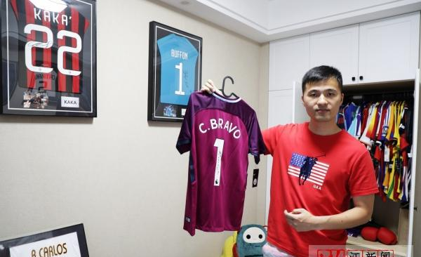 Z Video: a young man from Hangzhou has collected more than 100 signed jerseys so far