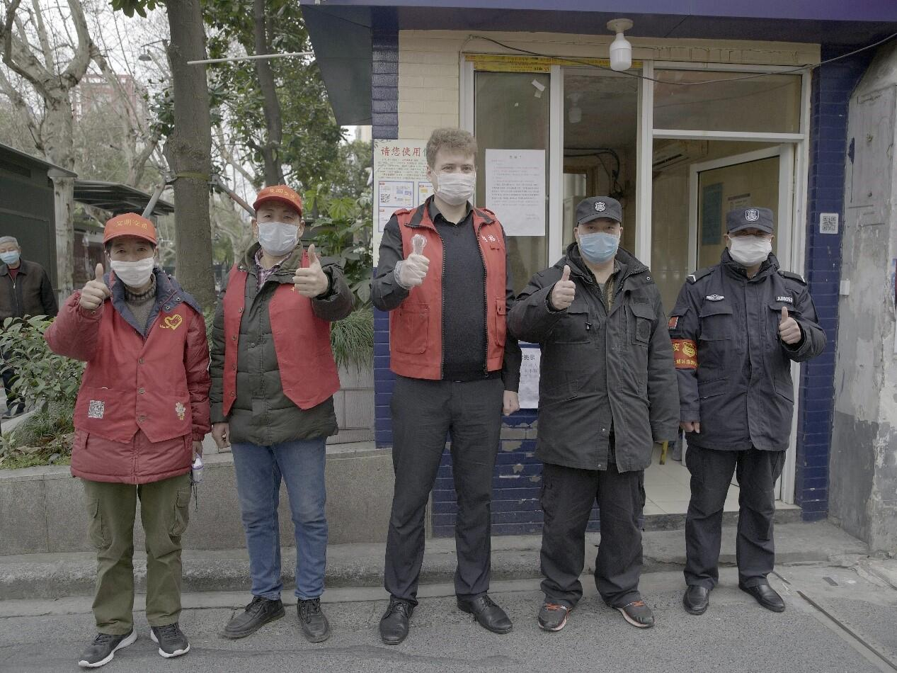 A Russian student from Zhejiang University helps the local community with anti-epidemic prevention and control service 王晓东:来自贝加尔湖畔的温暖
