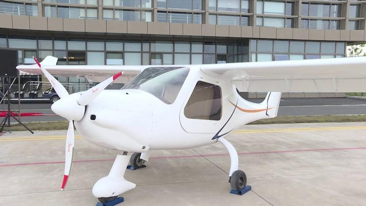 Zhejiang's first independently developed sports aircraft unveiled in Deqing 浙江首架自主研发的运动型飞机在德清下线