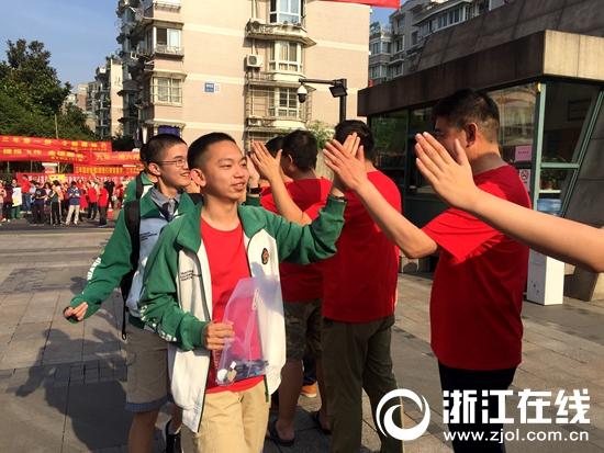 红色海洋送考1.5万余名考生 2019杭州市区中考启幕