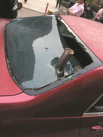 砸穿车窗!两熊孩子从15楼疯狂扔钢管砸石块