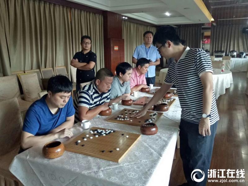 蘇泊爾杭州隊教練嚴歡六段對我市四位業余棋手下指導棋.jpg