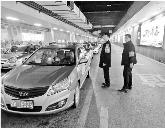 """雨夜等了50分钟才拦到出租车 长假过去四天杭城依然""""一车难求"""""""