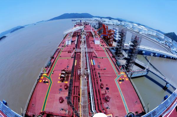 一艘30萬噸級油輪在岙山石油中轉卸油.jpg