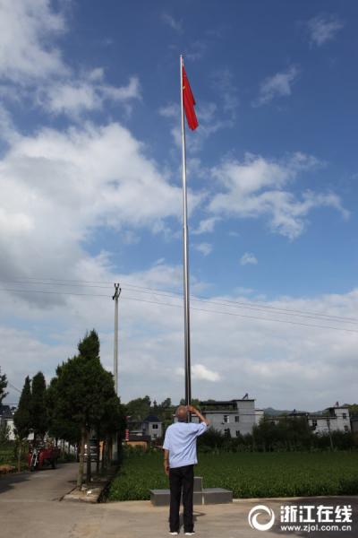 老人升旗2.jpg