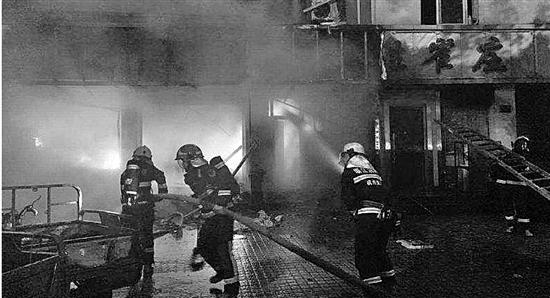 杭州闹市区一快递网点凌晨起火 快递小哥被拍门声惊醒