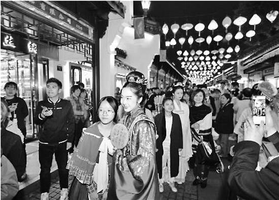 """杭州中国丝绸城升级为""""丝绸不夜城"""",昨晚全新开张"""