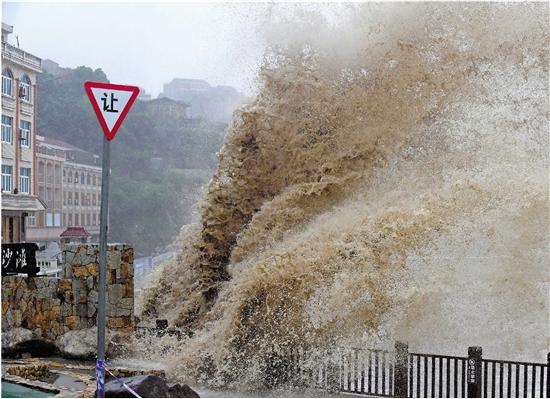 镜头记录 超强台风中的超强身影