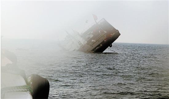 一渔船撞上山体行将沉没 13名船员刚获救,船就沉了