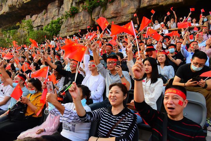 万人同唱一首歌_杭州宋城举行为祖国献礼特别活动