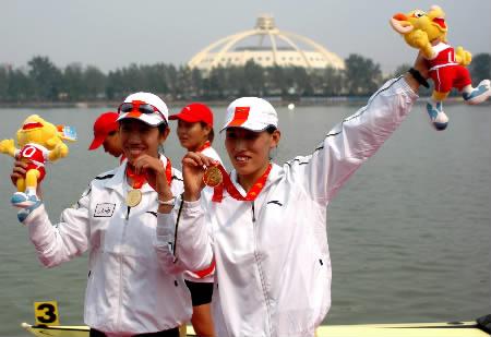 /冯桂鑫以6分55秒58的成绩夺得金牌. -江西女子双人双桨摘金图片