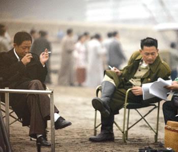 王志飞 王志文/两人逮到休息机会就抽烟