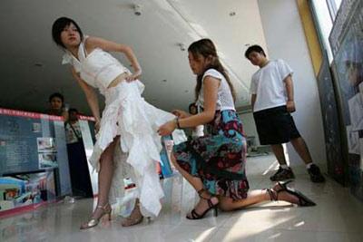 漂亮女大学生用卫生巾缝制晚礼服