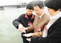 委员们察看运河水质
