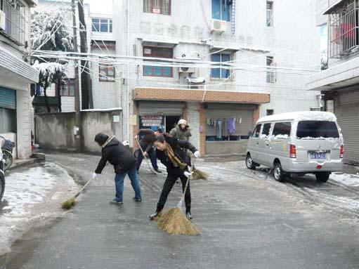 社区工作者扫雪忙图片