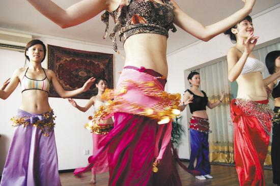 女人爱上健身舞蹈 伸伸胳膊踢踢腿的健美操过时了图片