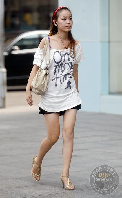 街拍:短裙+t恤潮女速搭 街拍