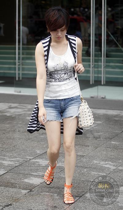 滚叔新作:杭州街头美女穿什么牛仔短裤
