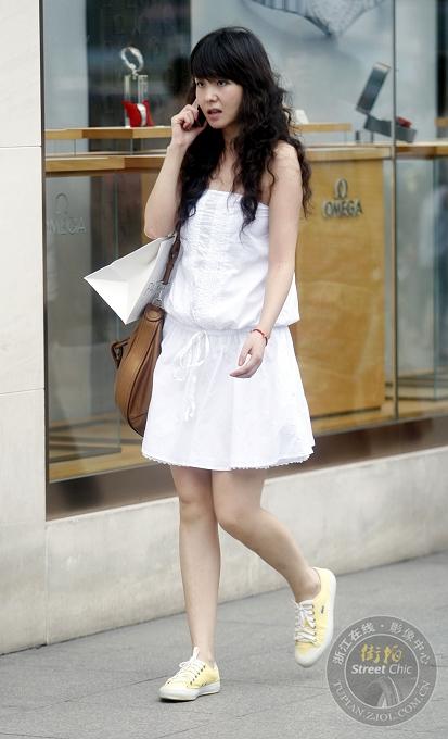 帆布鞋白袜子美女街拍帆布鞋街拍帆布帆布鞋白袜  竖