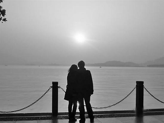 一个军人在夕阳下图片_夕阳下情侣背影图片-好看的情侣牵手图片_夕阳下一个人图片大全 ...