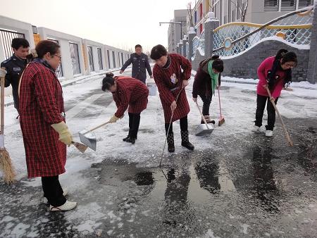 为了孩子的安全 扫雪再难也值得 图图片