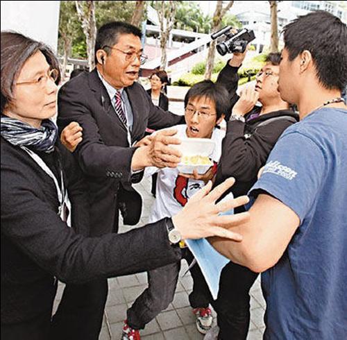 香港特首曾荫权遭示威者袭击受伤