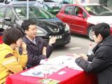 购车网友与销售顾问愉快交谈