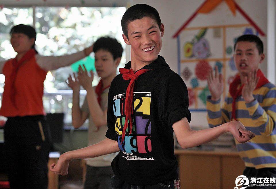 学生艹老师_一帆同学在教室里做广播操,这个7年级的学生是老师认为特别要强,特别