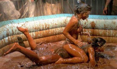 美女泥浆摔跤赛 身穿比基尼性感激战