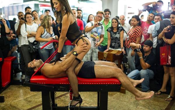 男女模特裸身上阵激情演出