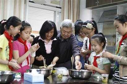 """中国 湖州/昨天,湖州新风小学""""小小啄木鸟道德寻访团""""的小朋友和志愿者..."""