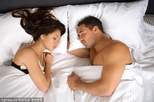 男人右边是肝还是胃-右侧卧身体微弯曲是最佳睡姿-睡觉朝哪个方向最健康 头北脚南睡眠质图片