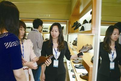 温州/电商企业负责人在参观日泰展厅。
