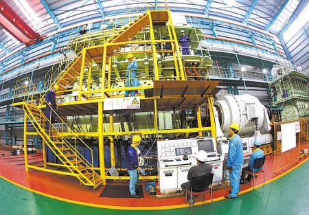 图为浙江洋普重机有限公司研制的二冲程船用低速柴油机.(胡建华摄)