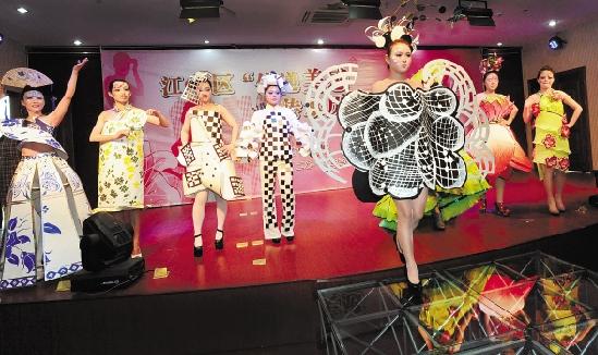 大荷花,近日,杭州采荷第二幼兒園老師展示用廢紙制作的環保時裝秀.圖片