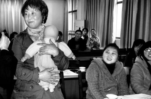 娃娃 有讲究/3月17日下午,市妇女儿童活动中心举行母婴护理基础知识普及...