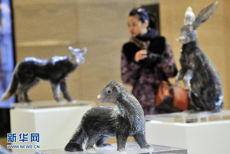 动物 沈阳市/3月28日,市民在沈阳市一购物中心参观缝衣针制成的动物塑像...