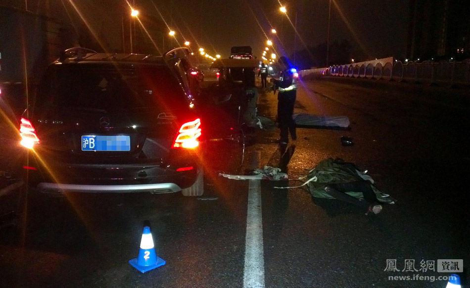 上海/14日清晨5:05左右,上海浦东杨高中路上发生一起奔驰越野车...