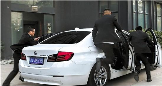 纵身跳入飞驰汽车,这是保镖们必须学会的本领