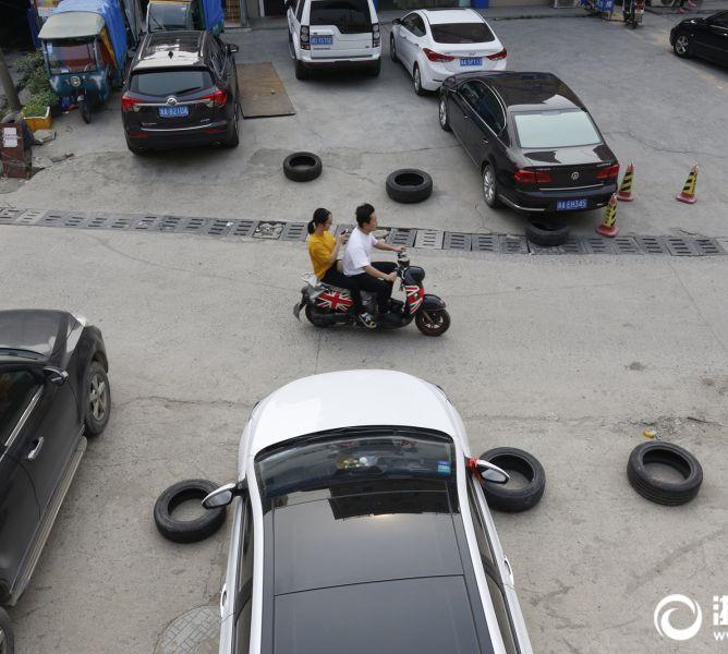 杭州一公路边摆满轮胎占车位