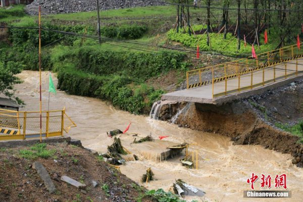 贵州雷山县遭受大暴雨袭击 大桥被冲断