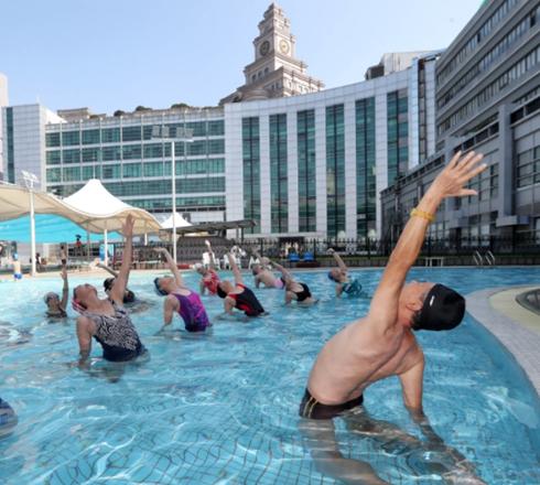 杭州:74岁爷爷开班教授水上瑜伽