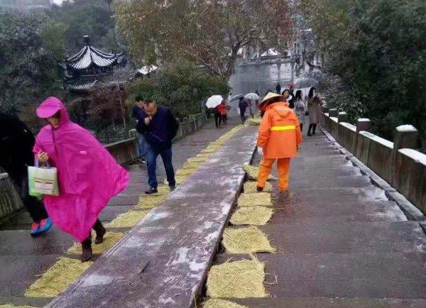杭州城区抗雪防冻应急响应升为三级 近万人次上街抗雪