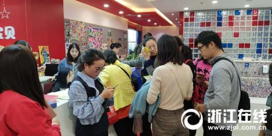 杭州一知名早教机构要关门?记者赶赴现场 家长正忙退款