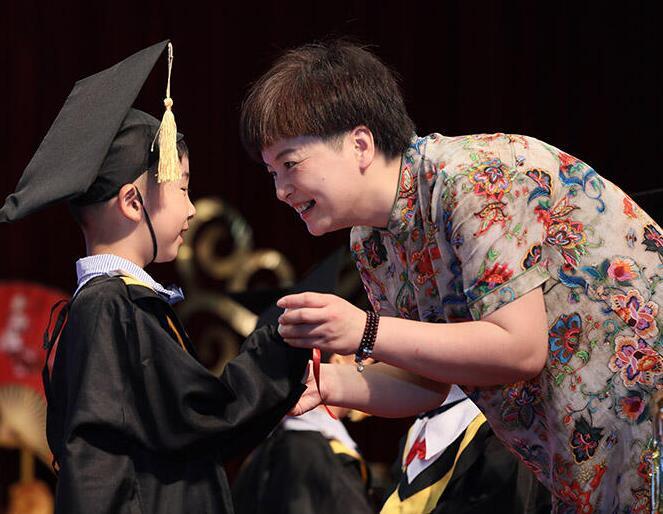 见证成长 幼儿收获人生第一张毕业证书