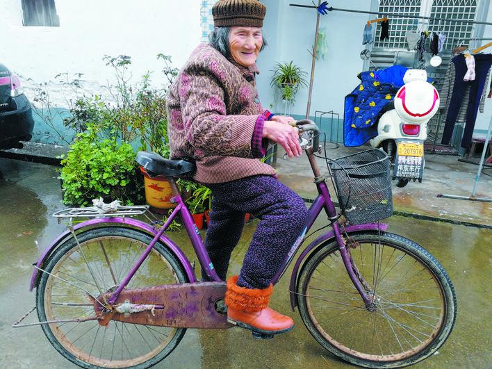 风一样的浦江老奶奶: 84岁高龄还骑自行车赶集