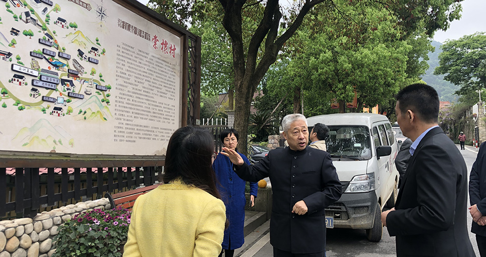 调研组在绍兴棠棣村文化礼堂进行实地调研