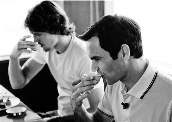 费德勒和兹维列夫在西湖的游船上品尝龙井茶