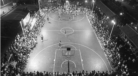 萧山这个三万人口的小镇,有43个篮球场;一家人能组一支十人篮球队